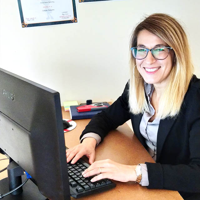 Una sorridente Claudia Manunta mentre svolge il suo lavoro di consulente web marketing