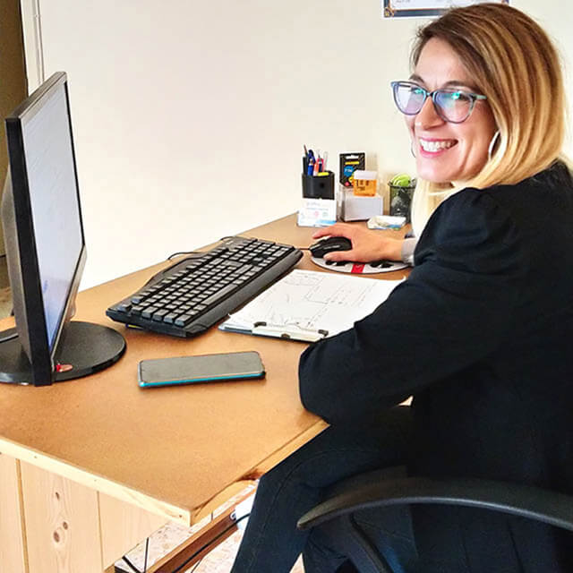 Una sorridente Claudia Manunta mentre svolge il suo lavoro di consulente social media marketing